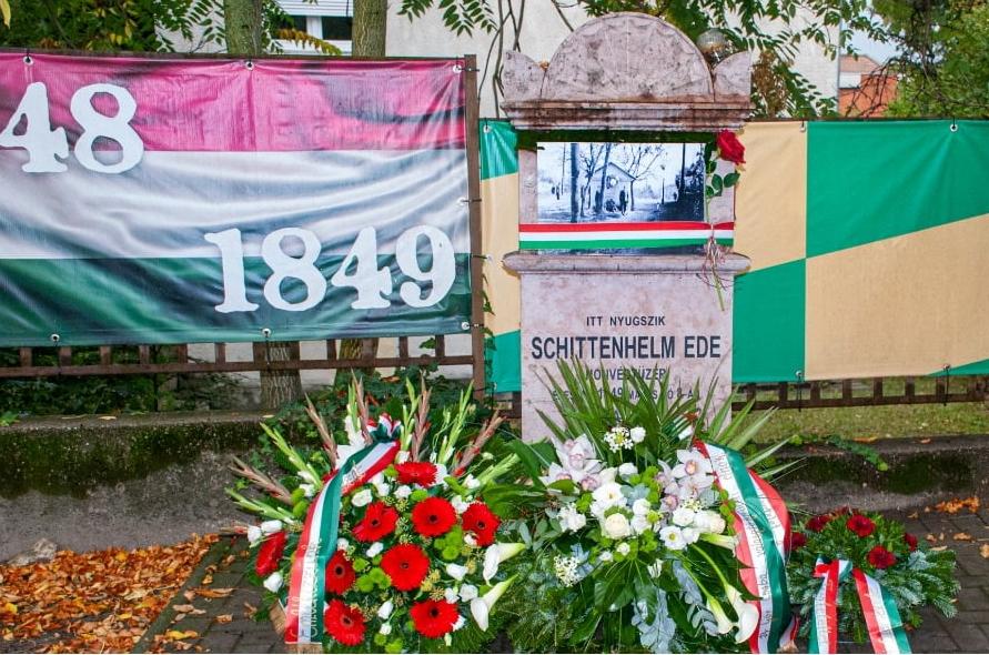 Koszorúzás Schittenhelm Ede síremlékénél