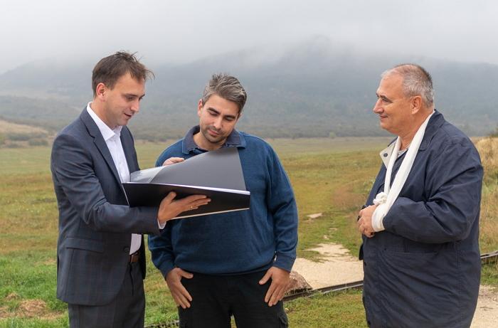 Őrsi Gergely és Neumann Alex a petíciókkal