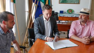 Kovács Márton alpolgármester, Őrsi Gergely polgármester és Bojár Iván András, a 10 millió Fa Alapítvány vezetője a szerződés aláírásán